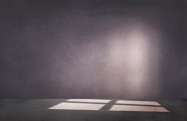 Темно-фиолетовая стена в пустой комнате с бетонным полом