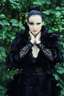 公園のダーククイーン。ファンタジーの黒いドレス。
