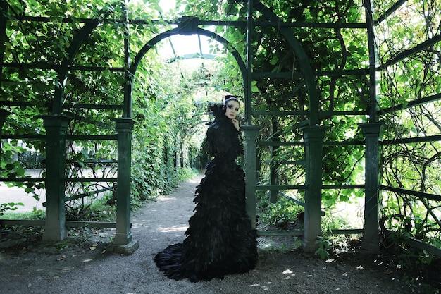Темная королева в парке. черное платье в стиле фэнтези.