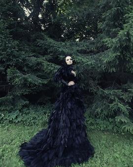 ファンタジーの黒いドレスを着た公園のダーククイーン