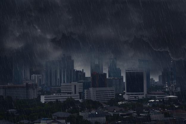 번개 폭풍으로 어두운 비 구름