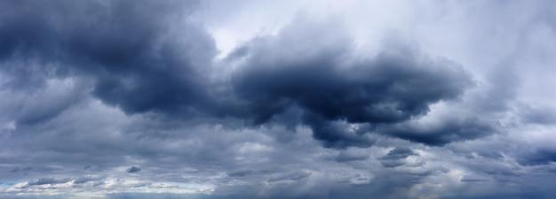 Темные дождливые облака в грозовом небе. прогноз погоды. панорама неба.