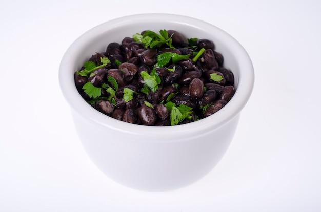 白いボウルに濃い赤の缶詰の豆。