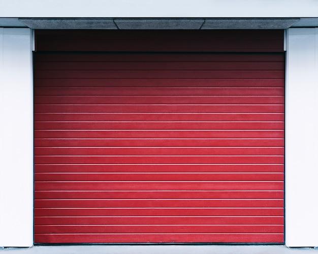 Темно-красная деревянная дверь.