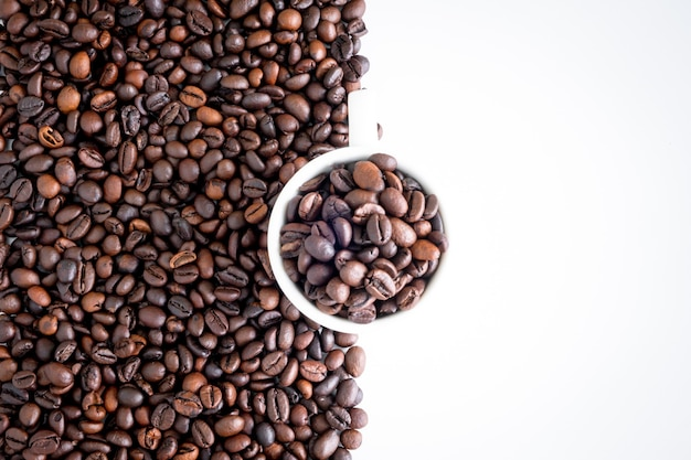 다크 로스트 커피 원두와 흰색 컵 배경, 평면도