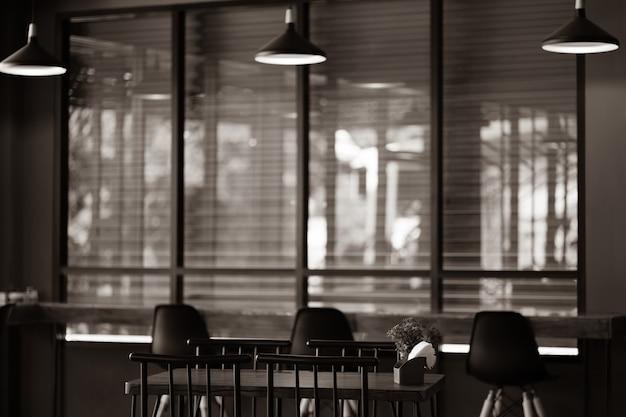 테이블, 의자 및 전구가있는 어두운 방