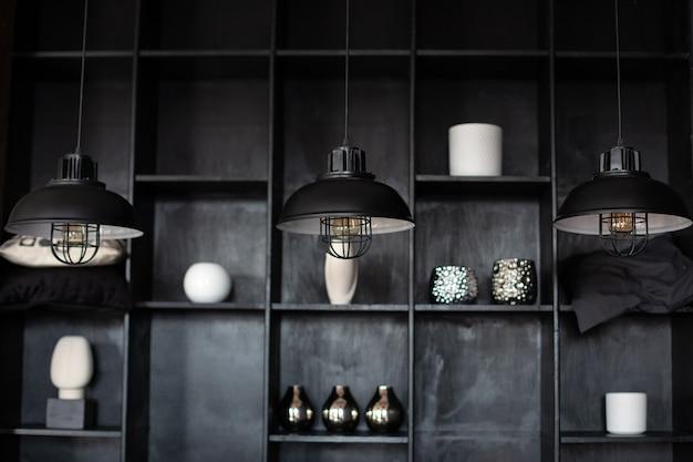 Темная комната с тремя современными лампами над столом интерьер комнаты лофт металлические люстры в стиле ретро