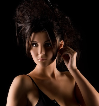 검은 드레스에 어두운 섹시 한 여자