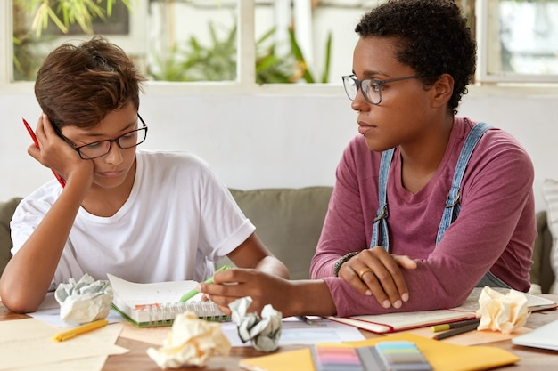 浅黒い肌のプロの家庭教師が研修生とプライベートレッスンを行い、セミナーの準備をします