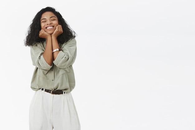 기쁨과 행복에서 기뻐 웃는 어두운 피부 여자