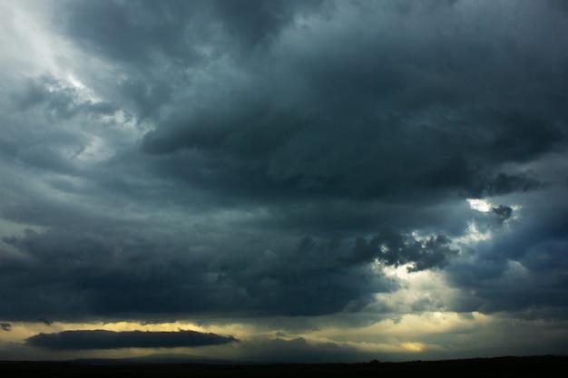 Темное небо и резкое черное облако перед дождем.