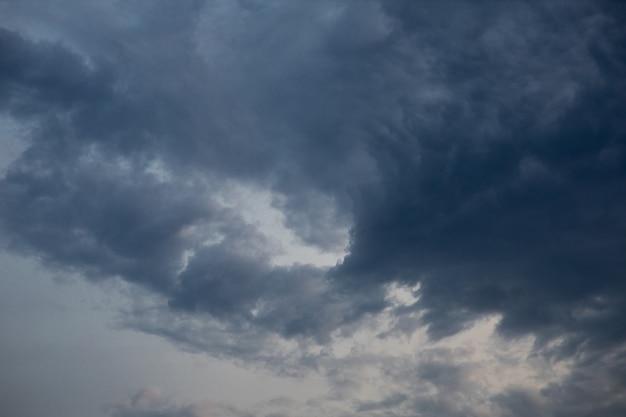 어두운 하늘과 비가 전에 구름