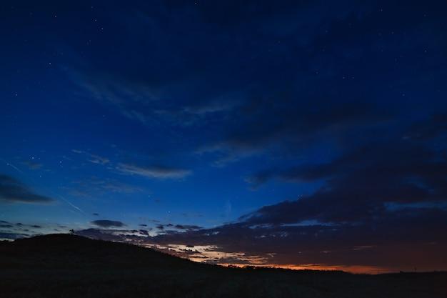 Темное небо с облаками после захода солнца.
