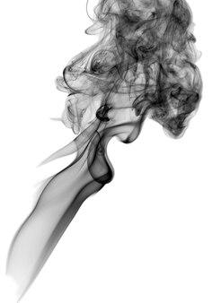 白い背景で隔離の暗い煙。