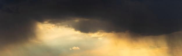 Темные грозовые тучи в вечернем небе на закате