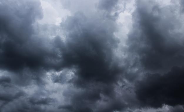 Темное грозовое небо с серыми облаками.