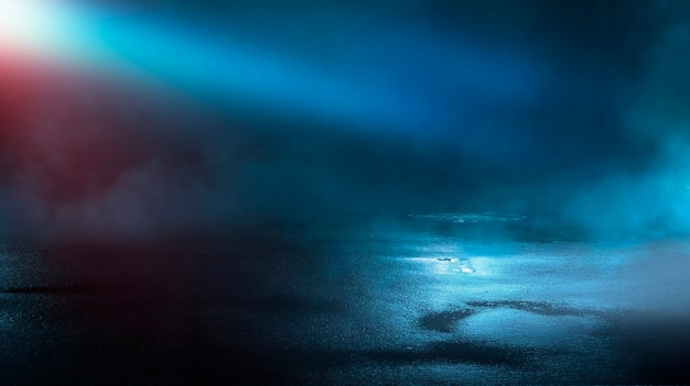 Темная улица мокрый асфальт отражения лучей в воде абстрактный темно-синий дым дым пустая темная сцена неоновые световые прожекторы