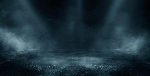 暗い通り、濡れたアスファルト、水中の光線の反射。空の暗いシーン、ネオンライト、スポットライト。コンクリートの床