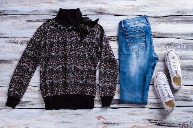 짙은색 스웨터와 청바지 접힌 데님 팬츠와 스웨트셔츠 여성용 가을 의상 keds 세련된...