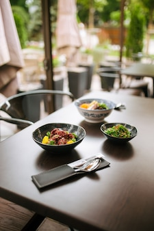 아시아 스타일의 일본 요리와 함께 제공되는 어두운 테이블