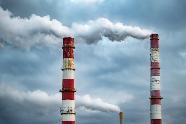 Темные облака токсичного дыма выходят из заводской трубы.