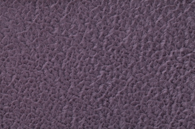 Темно-фиолетовый пушистый фон из мягкой, ворсистой ткани. текстура текстильной крупным планом
