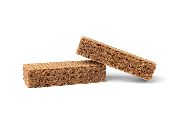 Темные вафельные печенья, изолированные на белом фоне.