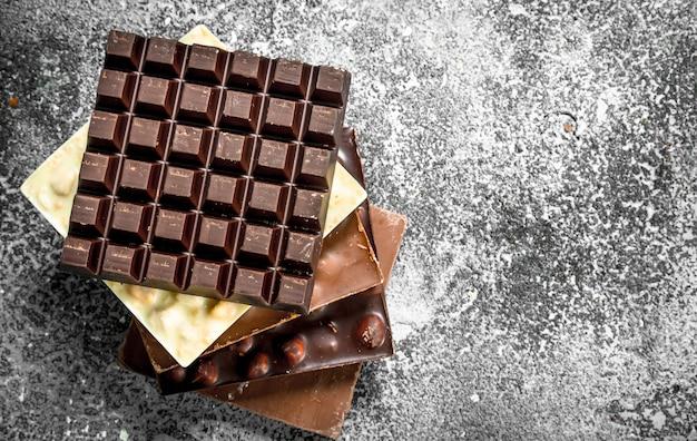 素朴なテーブルにナッツとダーク、ホワイト、チョコレート。