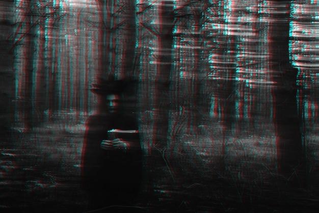 Темная ведьма со свечами в руках совершает оккультный мистический ритуал. размытое фото с размытием из-за большой выдержки. черно-белый с эффектом виртуальной реальности 3d глюк