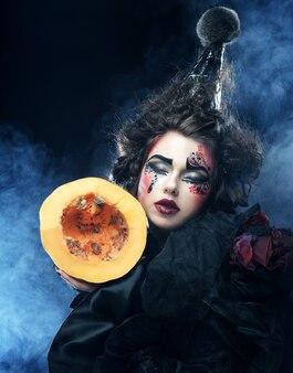 Темный с с тыквой на темном фоне. тема хэллоуина.