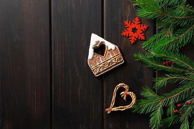 Темный деревянный фон с елочными украшениями и елкой