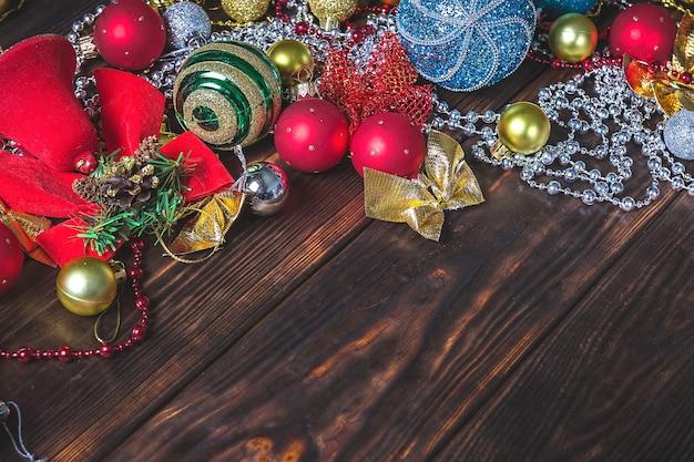 クリスマスの装飾と暗い木製のクリスマスの背景