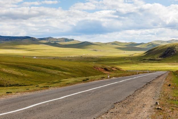 モンゴルのアスファルト道路darkhan-ulaanbaatar