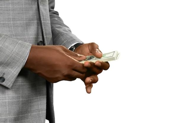 돈을 세는 검은 피부의 남자. 좋은 이익. 결코 충분. 성공을 쫓습니다.