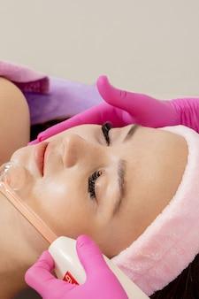 얼굴의 darsonvalization 또는 도움으로 얼굴의 회춘