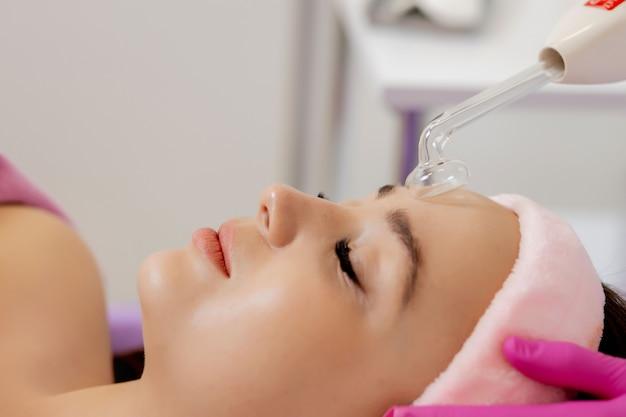 顔のdarsonvalizationまたは顔の若返り