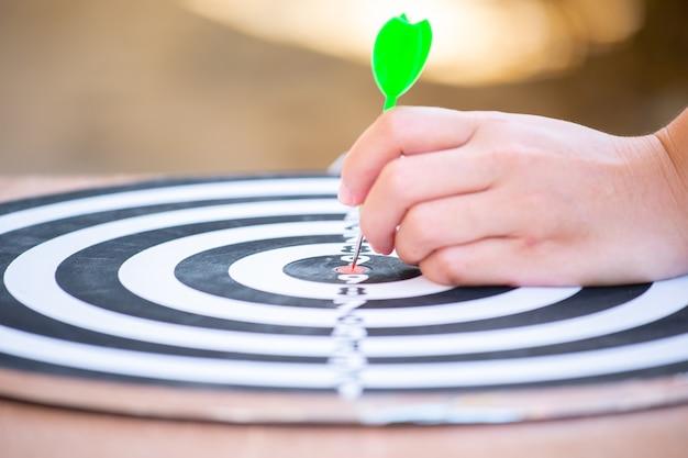 Стрела дротика попадает в центр мишени мишени. концепция успеха