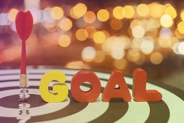 ボケの上の目標の言葉でダーツターゲットの矢bullseye