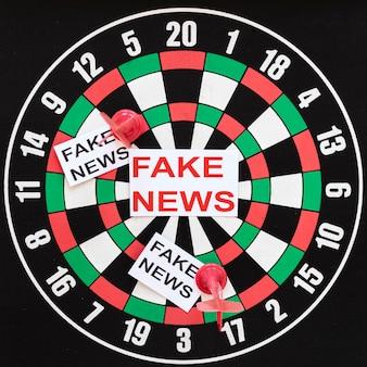 가짜 뉴스가있는 다트 보드