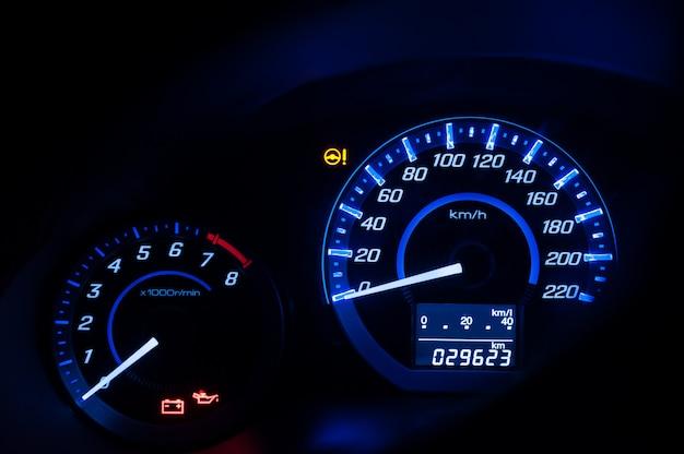 ダッシュボード、車のスピードメーター、ダークモードのカウンター