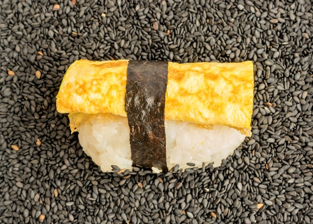 Дашимаки тамаго или японский омлет нигири суши
