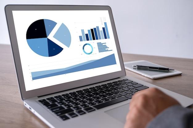 モニター上のデータ分析統計