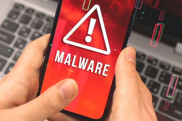 데이터 침해 및 맬웨어, 사이버 공격 및 해킹 개념, 경고 표시가 있는 휴대 전화를 사용하는 여성