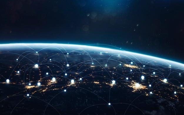 전 세계의 데이터 교환 및 글로벌 네트워크. 밤에 지구, 궤도에서 도시의 불빛.