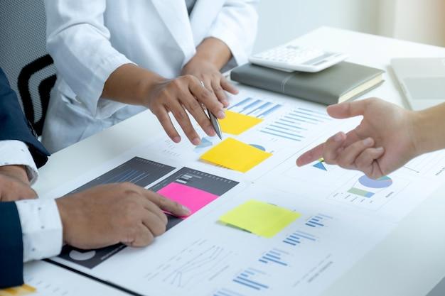 테이블, 사업가 및 사업가 팀 회의에 대한 데이터를 통해 사업 소득 증대 전략 계획