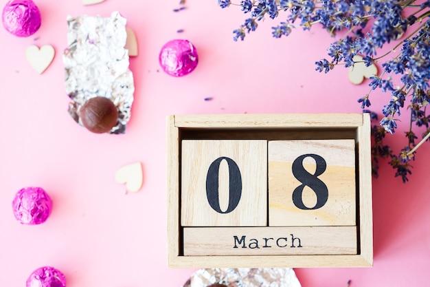 3月8日の日付、コピースペースのある国際女性の日。木製の装飾的なカレンダー