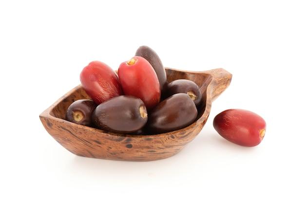 白い背景で隔離のナツメヤシの果実。