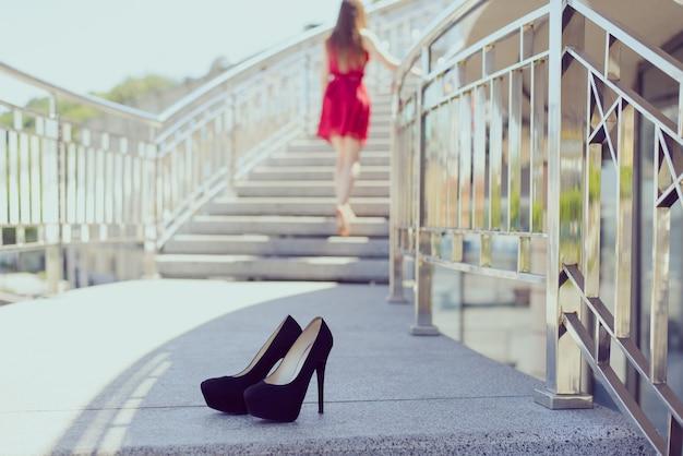 날짜 이별 불편한 신발 통증 캠프 경련 건강에 해로운 사람들 스탠드 개념. 세련되고 트렌디한 현대 신발 위로 올라가는 꽤 사랑스러운 아름다운 여성의 사진을 클로즈업