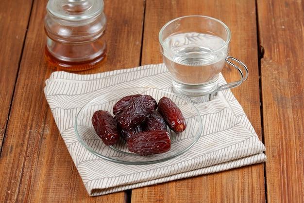 日付と水のコピースペースイフタール食品の概念のガラス