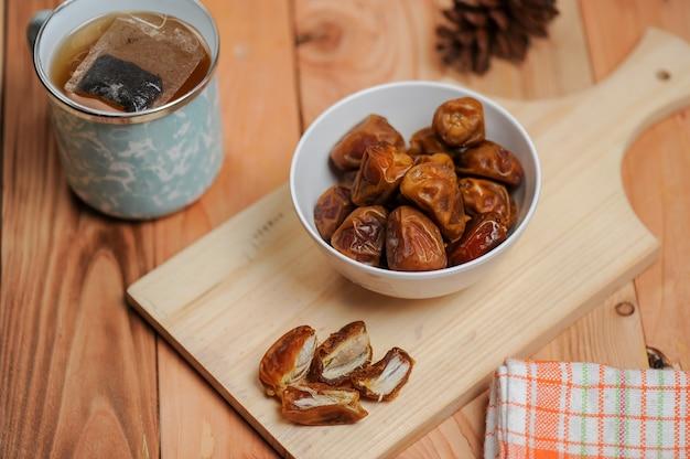 날짜는 이슬람교도가 라마단 기간 동안 단식을 깨기 위해 먹는 과일입니다.